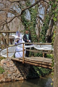 bridal-couple-on-bridge